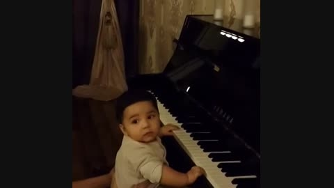 بچه ی احسان خواجه امیری پیانو میزنه