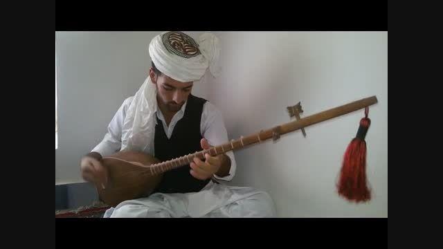 تكنوازی دوتار محمد امین عابد با لباس محلی