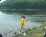 پرتاب ماهرانه سنگ بر روی آب