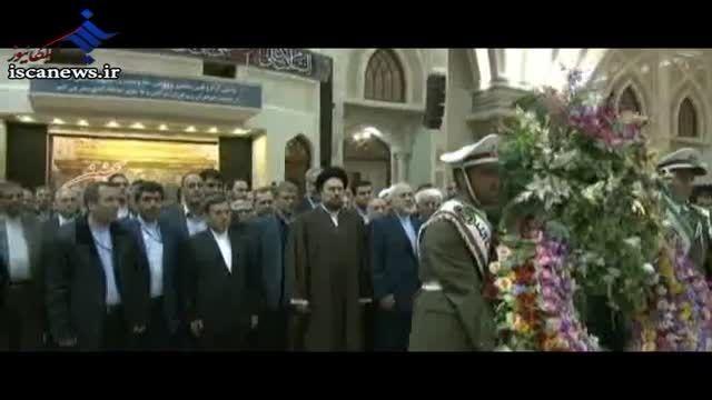 محمد جواد ظریف و سید حسن خمینی بر سر مزار امام راحل