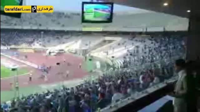 تشویق منصوریان توسط هواداران استقلال در بازی با تراکتور