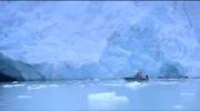 هیجانی ریزش یخچال کوه در مقابل قایق