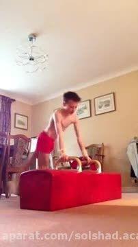 تمرین پسر ژیمناستیک کار در خانه :) !!