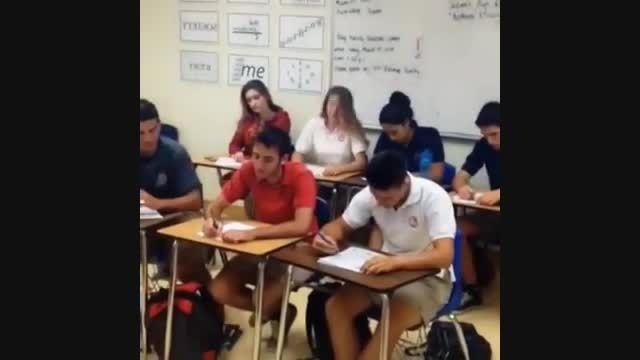 وقتی تو کلاس درس گوشیت زنگ میخوره !!!:))