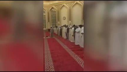 نماز جماعت شیعه و اهل سنت در مسجد که وهابیون تخریب کردن