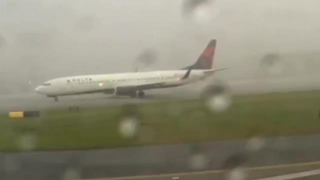 برخورد صاعقه با هواپیما (لحظه ایی کم نظیر)