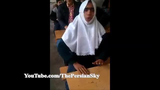 تقلید خنده دار  پسر از آواز خاندن یک دختر در کلاس