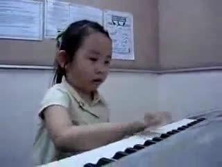 پیانو زیبا دختربچه کوچولو/The best pianist is the world
