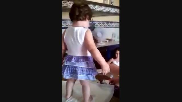 ژست گرفتن بچه در حال گریه واسه عکس