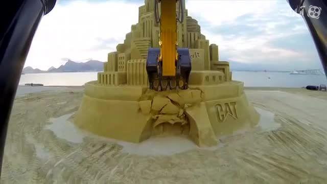 ساخت و تخریب بلندترین قلعه شنی جهان توسط کاترپیلار