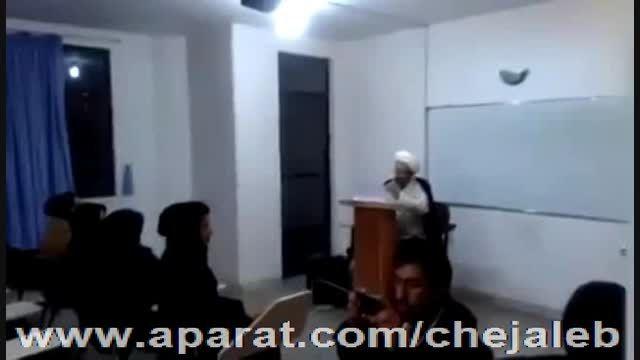خواندن دانشجو جلوی استاد در کلاس
