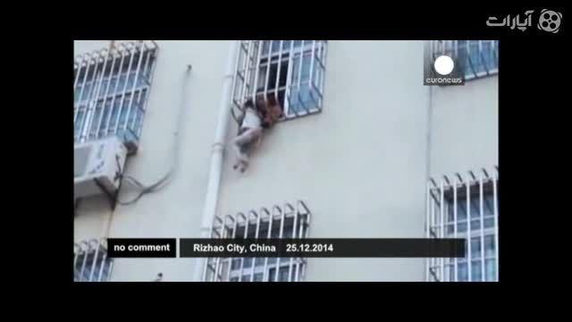 نجات پسر بچه از میان نرده های پنجره در چین