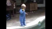 شنای کودک زیر یکسال - واقعا عجیبه حتما ببینید