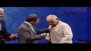 اکبر عبدی پشت تریبون بعد از دریافت جایزه از دست دکتر احمدی نژاد (فوق العاده خنده دار و جالب )