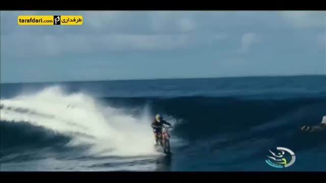 موج سواری با موتور سیکلت در دریا