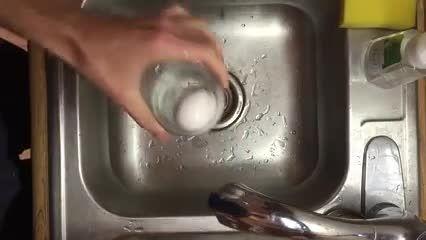 روشی بسیار ساده و سریع  برای شکستن  پوست  تخم مرغ  آبپز