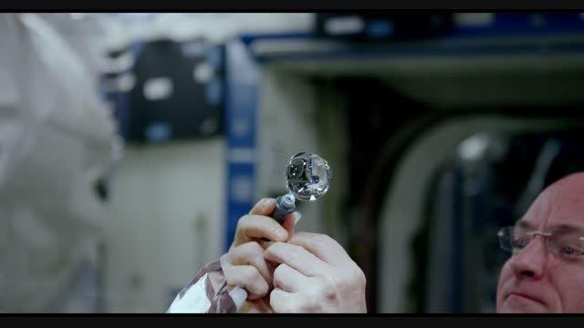 بازی فضانوردان با قطره آب