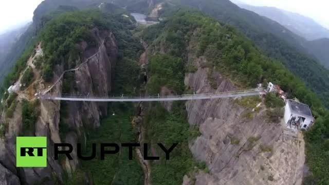 بزرگترین پل معلق شیشه ای جهان در چین