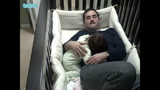 پدر در تخت خواب بچه