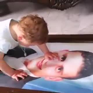 عکس العمل جانسوز طفل شهید به عکس پدر