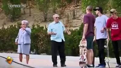 پیرمرده اسکیت برد سواری میکنه از جوون 18 ساله بهتر