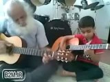 گیتار زدن نوه و پدربزرگ