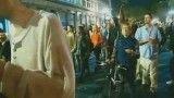 خشونت پلیس آمریکا-پرتاب گاز اشک آور به زن بیهوش