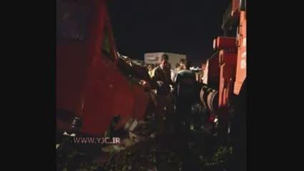 تصادف سنگین مینی بوس و کامیون در قم