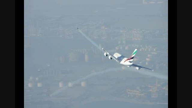 سوپر تکنولوژی!!پرواز انسان در کنارهواپیمای Airbus A380!