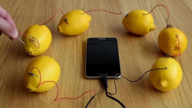 شارژ تلفن با کمک 6 عدد لیموشیرین.
