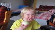 خوردن پیاز توسط بچه(ته خنده)