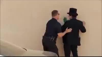 دعوای پر حاشیه ی پلیس با یک شعبده باز