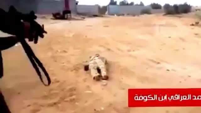 اعدام جاسوس داعش در میان سربازان ارتش عراق