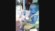 دعوای بچه یکساله و بچه میمون سر شیشه شیر (ته خنده)