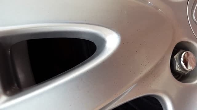 اسپری پاک کننده اثر حشرات بر روی خودرو