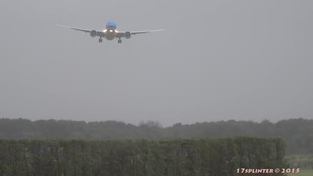 فرود اضطراری هواپیما به علت توفان شدید