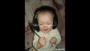 اینم اقا دانیال...از بچگی اهنگ گوش میکرده:))