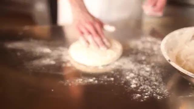 نحوه باز کزدن خمیر پیتزا ایتالیایی