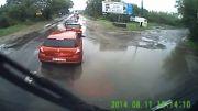 اتفاق دردناک برای دوچرخه سوار در یک روز بارونی