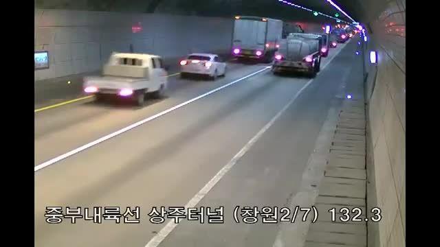 یک وانت با بار تینر و رنگ در تونل تصادف و آتش گرفت