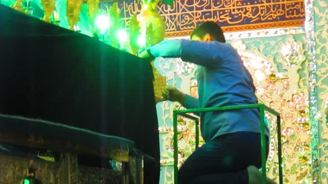 سیاهپوش کردن ضریح مطهر امامزاده حسین (ع) شهر قزوین