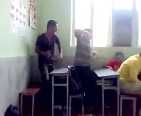 رقص وسط کلاس درس