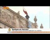 بالا رفتن معترضان از سفارت بحرین در لندن