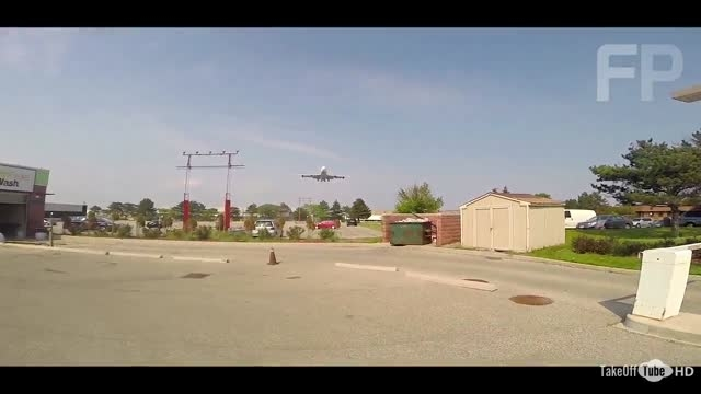 تماشای فرود هواپیما از ابتدای باند فرود
