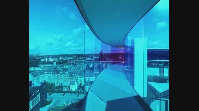 دیدن جهان به رنگی دیگر با نمای ساختمان و شیشه های رنگی