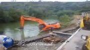 بیل چین در یک سایت ساخت و ساز در سراسر رودخانه