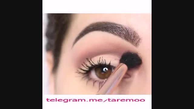 آرایش چشم با خط چشم و سایه طلایی در تارمو