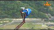 حرکات خطرناک یک مرد بر روی یک پل معلق!