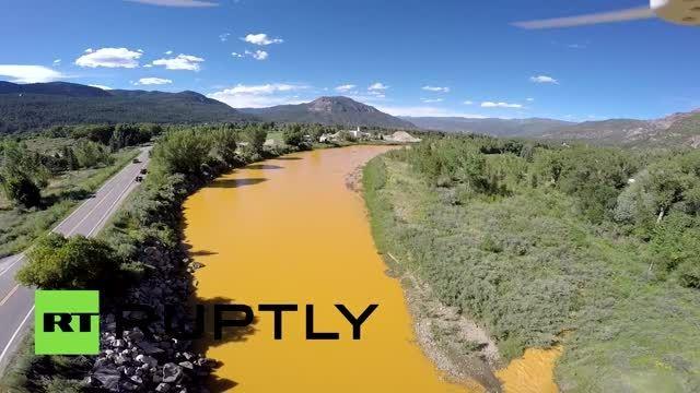 نارنجی شدن یک رودخانه از پساب زباله