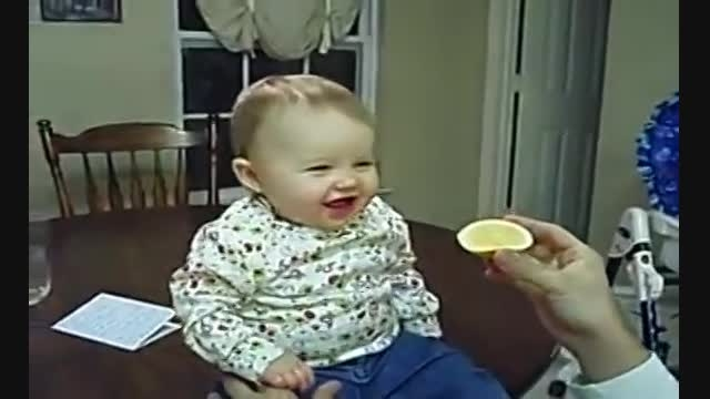 لیمو ترش خوردن فسقلی